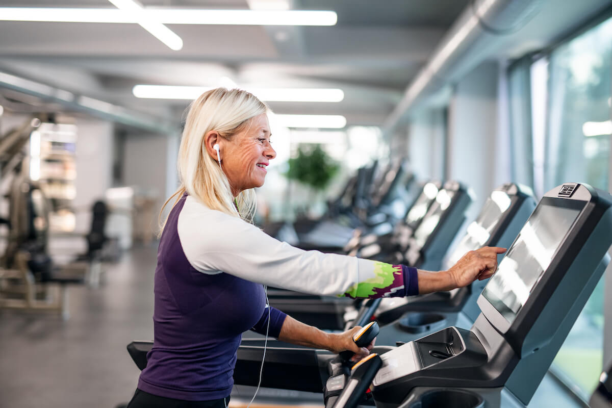 a-senior-woman-in-gym-doing-cardio-work-out-exerci-7XPHDB3 (1)